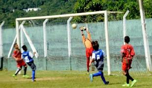 Meninos da escolinha de futebol de Peruíbe fazem amistosos contra Portuguesa Santista